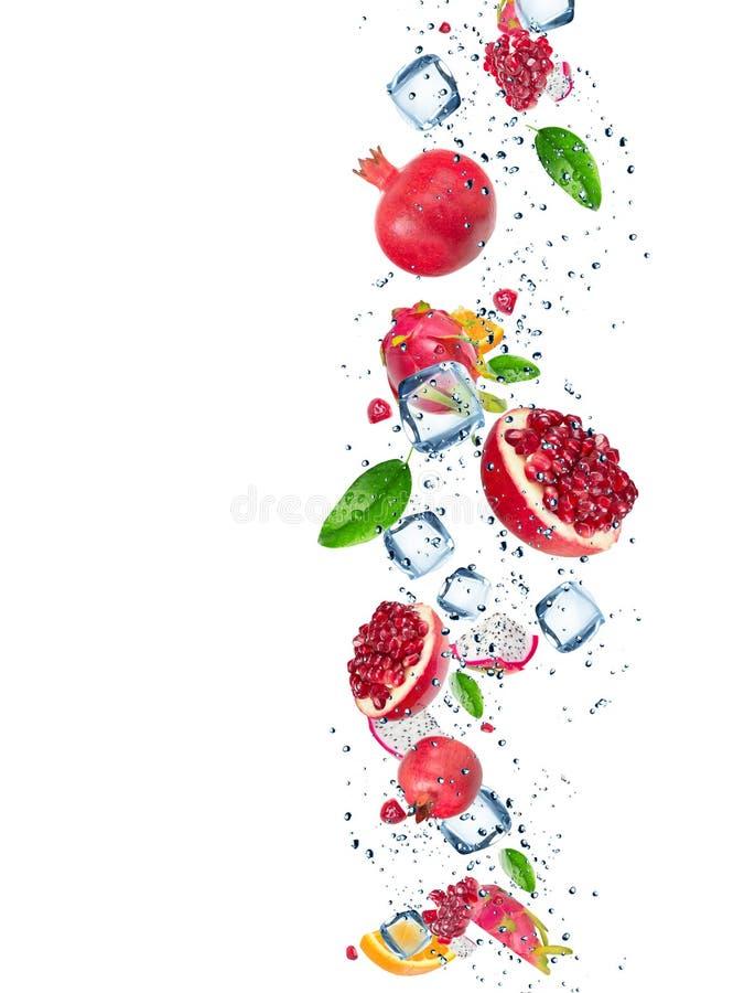 与水飞溅的新鲜水果 库存照片