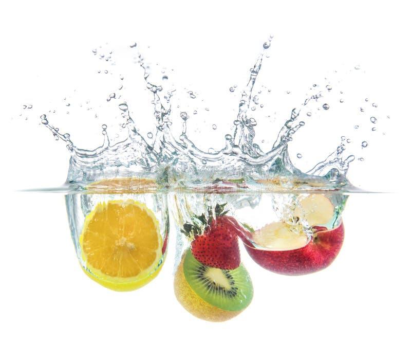 与水飞溅的橙色草莓猕猴桃苹果下落 免版税库存照片