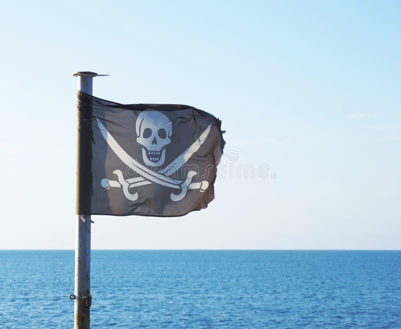 与头骨和横渡的剑的海盗旗子 图库摄影