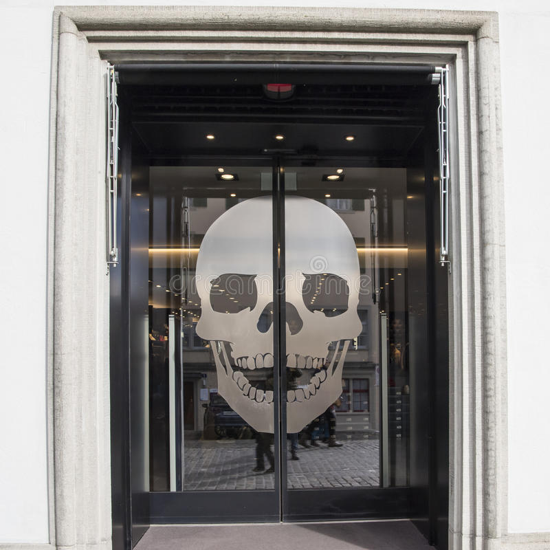 与头骨的玻璃门 免版税库存图片
