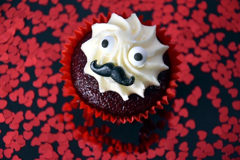 与黑髭和打好的白色奶油的杯形蛋糕在上面 库存照片