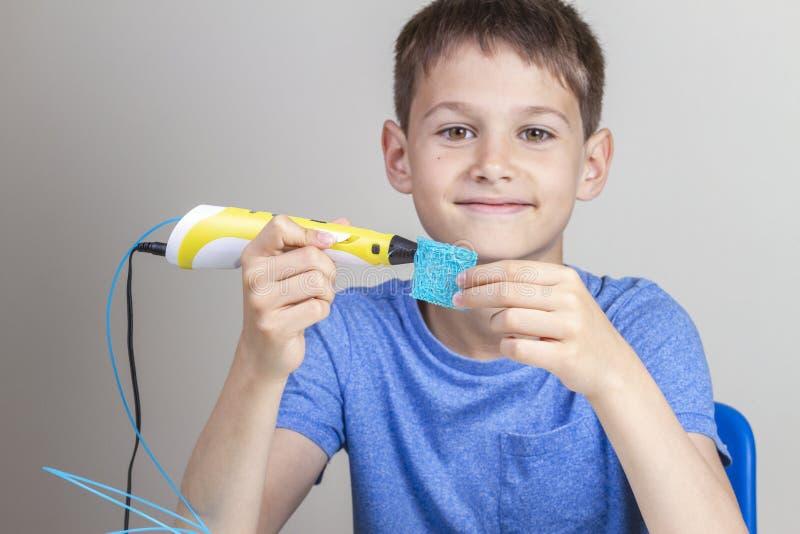 与3d创造新的项目的打印笔的孩子 库存图片