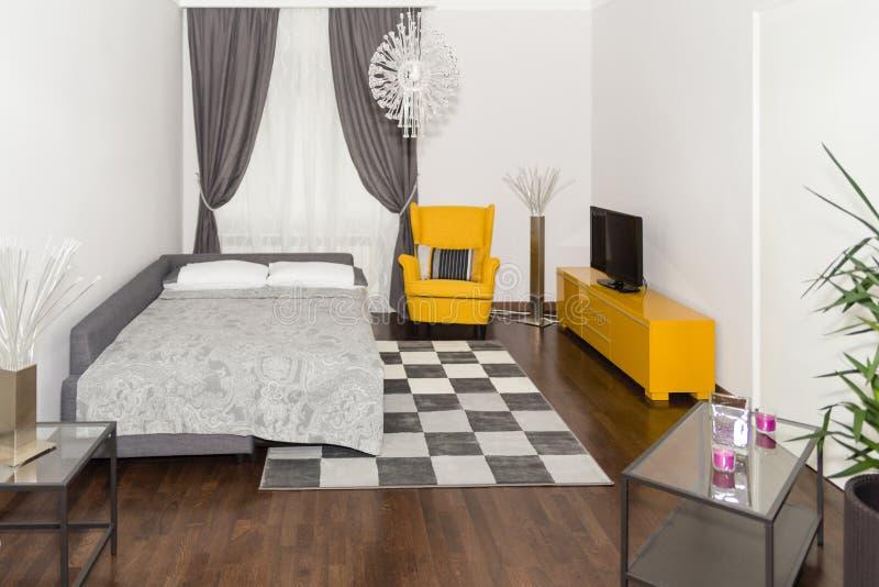 与3d客厅和卧室内部的现代旅馆公寓, 免版税库存照片