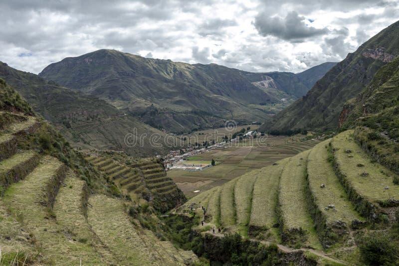 与Andens,象农业大阳台dugs的楼梯的因卡废墟到一个山坡的倾斜里在皮萨克考古学公园,秘鲁 库存照片