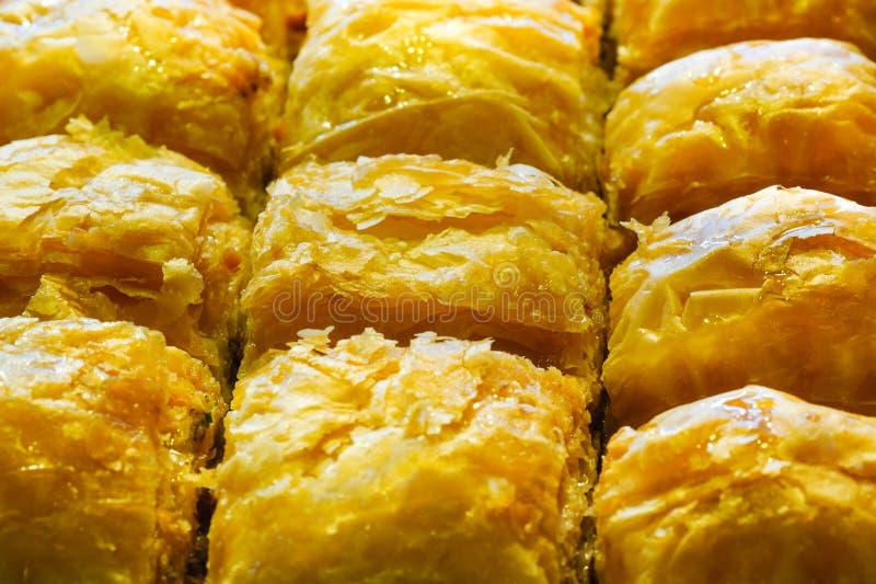 与Antep fistigi和甜糖浆花生宏指令关闭的土耳其果仁蜜酥饼 免版税库存图片