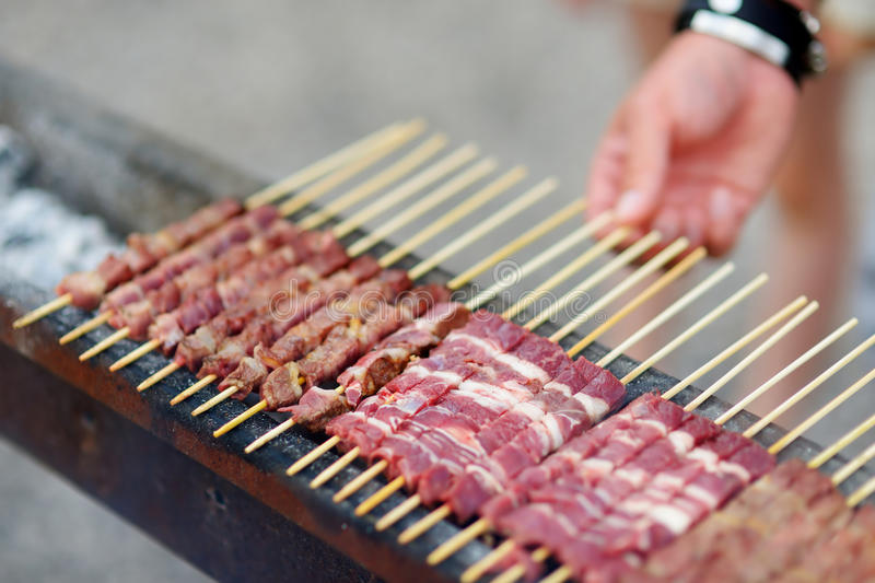 与Arrosticini的烤肉,典型的意大利小串 库存图片