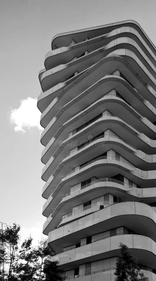 与balconys的现代多层的大厦 库存图片