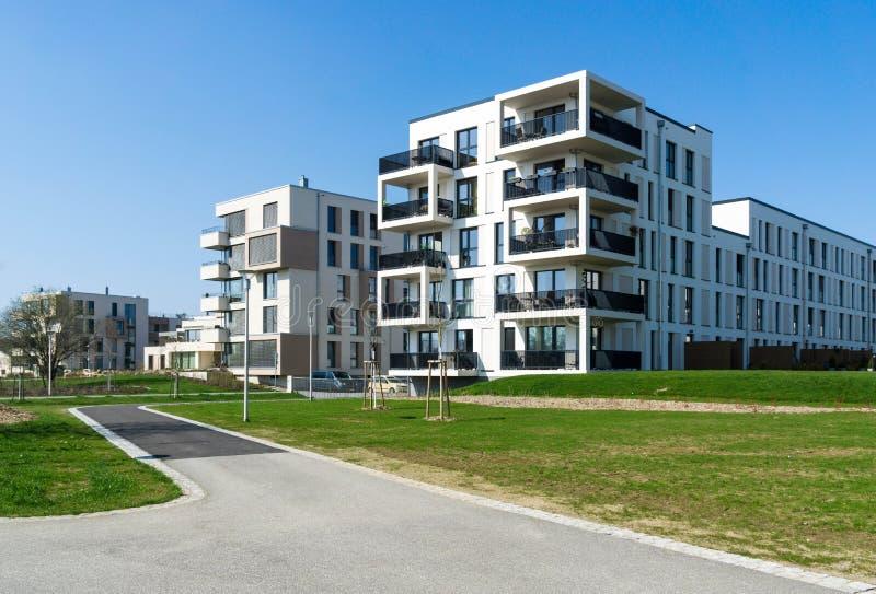 与balkony的现代白色大厦 免版税库存图片