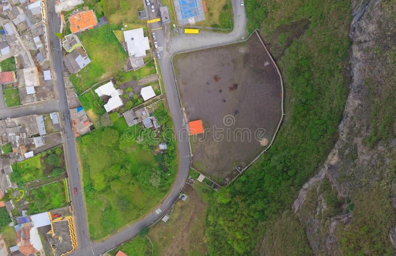 与Banos,厄瓜多尔交叉路的空中城市视图  图库摄影