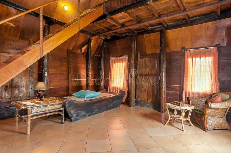 与Bataknese样式室的艺术性和干净的卧室别墅 库存照片