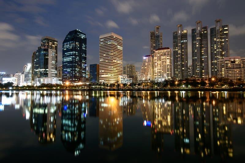 与Benchakitti的光反射的现代大厦停放 图库摄影