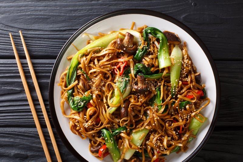 与bok的中国乌龙面面条在板材的choy,椎茸和胡椒特写镜头 水平的顶视图 免版税库存照片