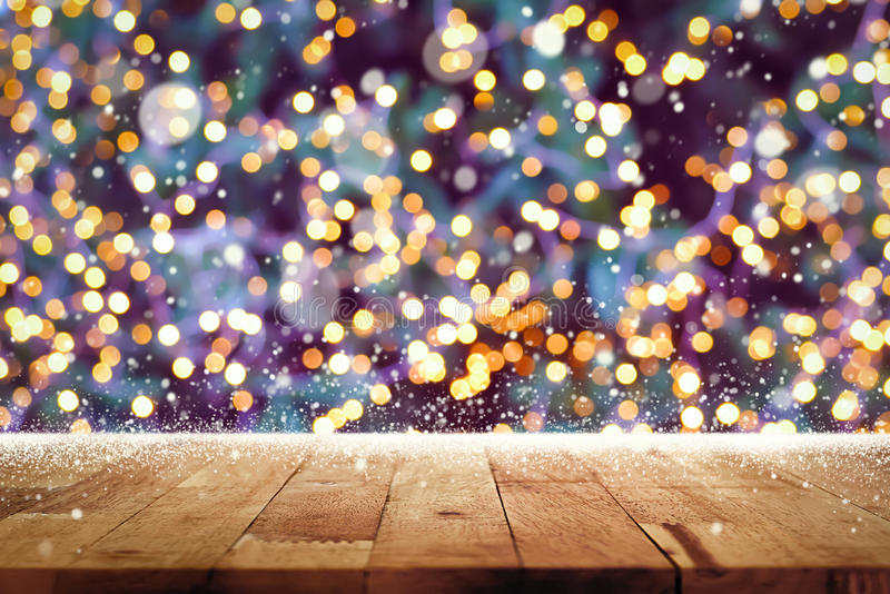 与bokeh的木台式从在圣诞节tre的装饰光 图库摄影