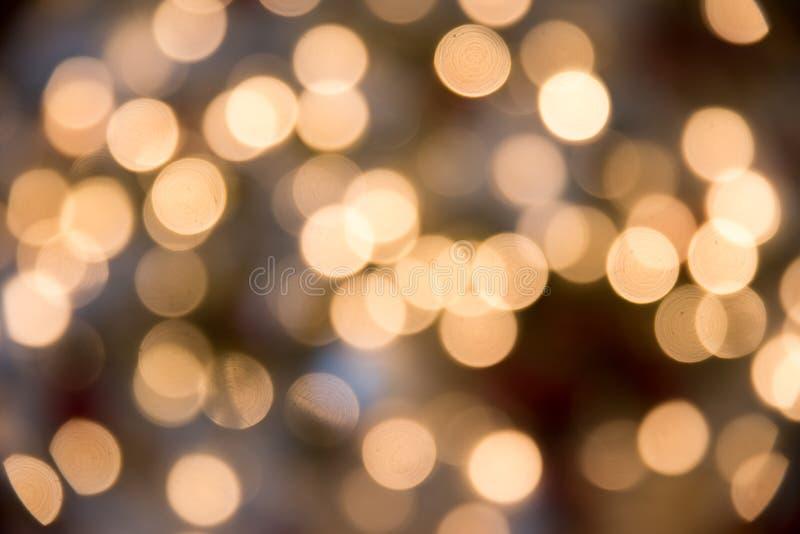 与bokeh的欢乐新年背景从圣诞树点燃发光 被弄脏的五颜六色的圈子轻的假日 免版税库存照片