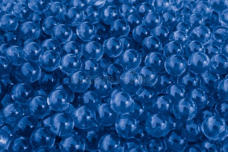 与bokeh的水蓝色胶凝体球 聚合物胶凝体 矽土凝胶 蓝色水凝胶球  与反射的水晶液体球 蓝色textur 免版税库存图片