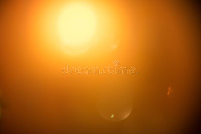 与bokeh的被弄脏的光影响背景,抽象迷离 在黑背景的演播室射击的真正的透镜火光 库存照片