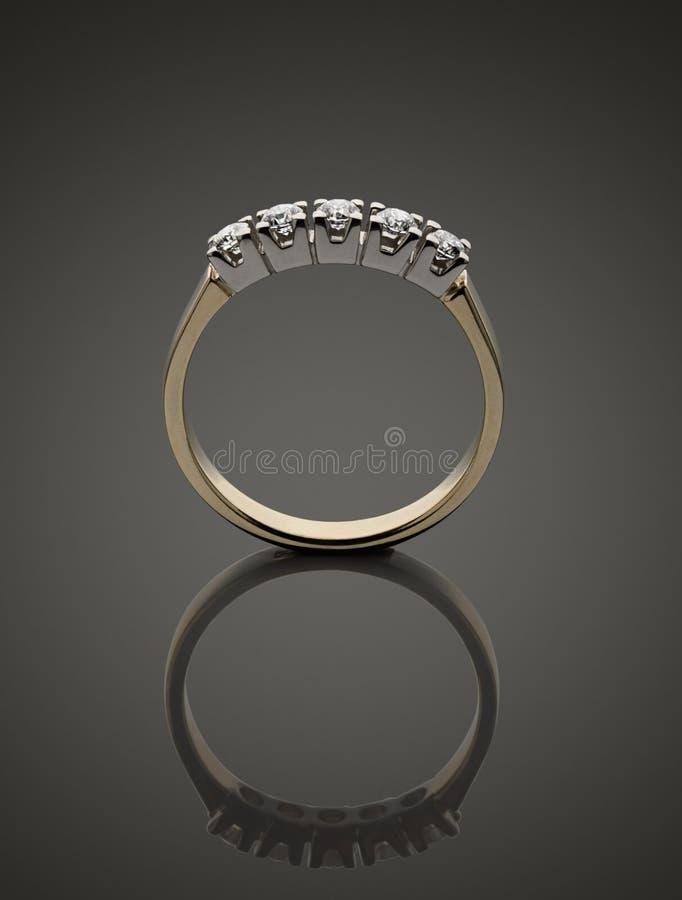与brilliants的金戒指 免版税库存照片