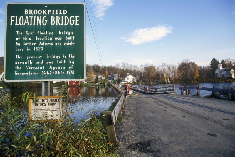 与Brookfield浮桥的标志在Sunset湖, Brookfield, VT 免版税库存照片