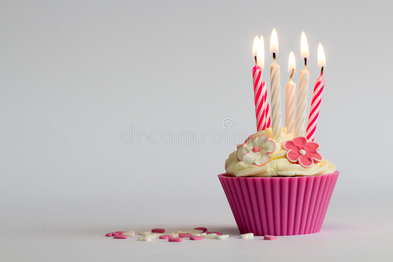 与buning的蜡烛的杯形蛋糕 库存照片
