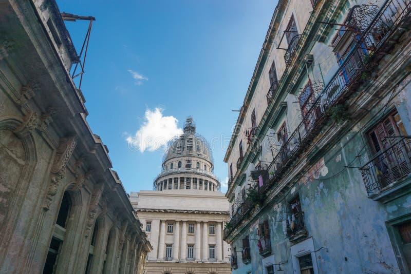 与capitolio的Treet视图在背景, La哈瓦那,古巴 免版税库存照片