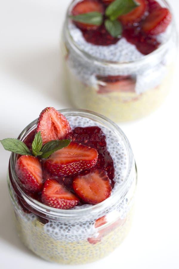 与chia种子的芒果酸奶在白色ba的健康早餐 库存照片