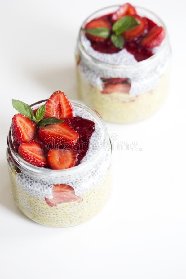 与chia种子的芒果酸奶在白色ba的健康早餐 图库摄影