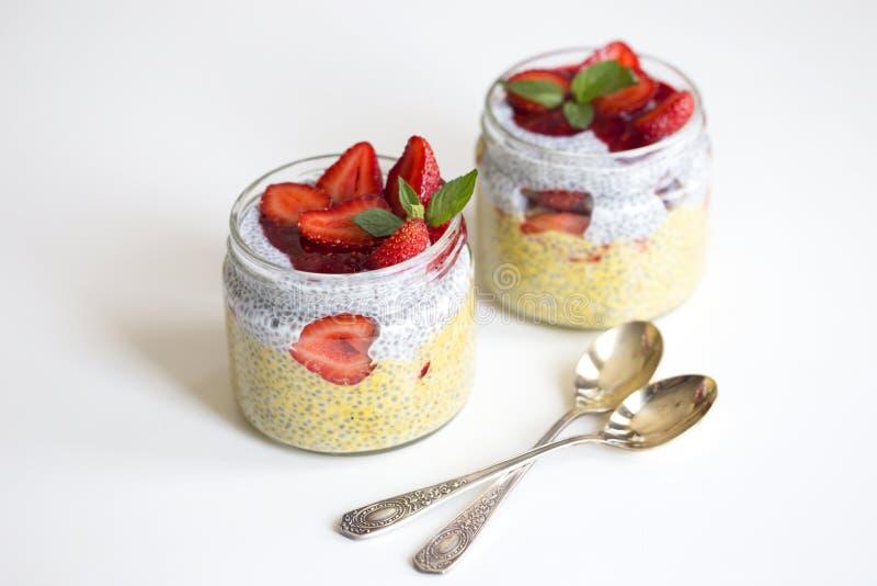 与chia种子的芒果酸奶在白色ba的健康早餐 库存图片