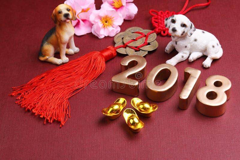 与chinse新年装饰的微型狗2018年-系列9 免版税库存照片