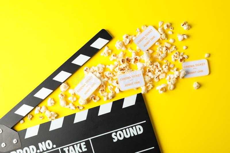 与clapperboard、玉米花和票的平的被放置的构成 库存图片