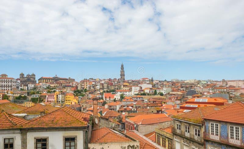 与Clerigos塔地标的波尔图波尔图都市风景都市建筑学 免版税库存照片