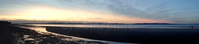 与cloudscape的宽全景日落在Nairn海滩 免版税库存图片