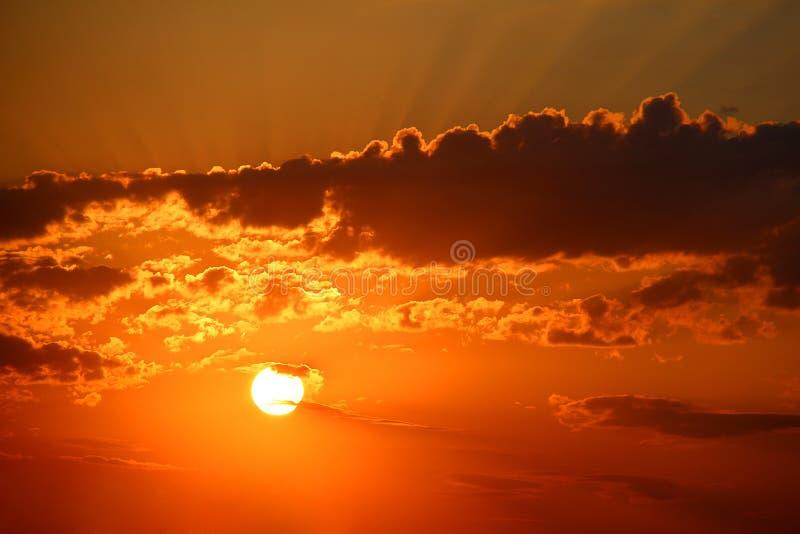 与clounds和光束的早晨太阳 免版税库存照片