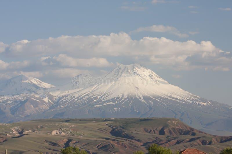 与couds,中央土耳其的好的多雪的山 免版税库存图片