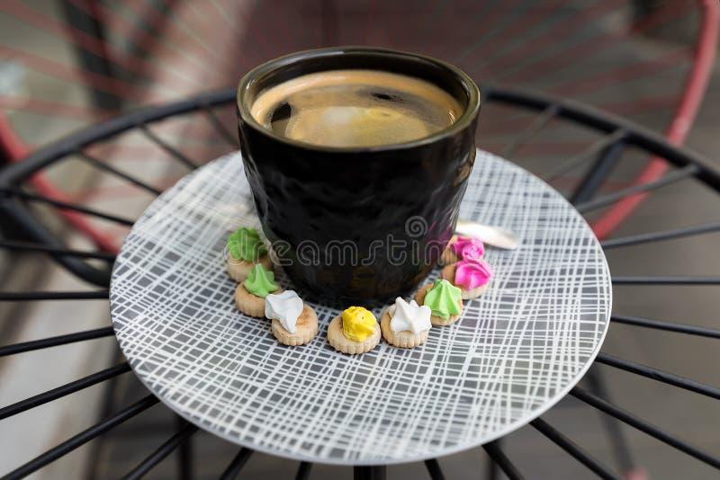 与crema上面的热的Americano咖啡与冰宝石 免版税库存照片