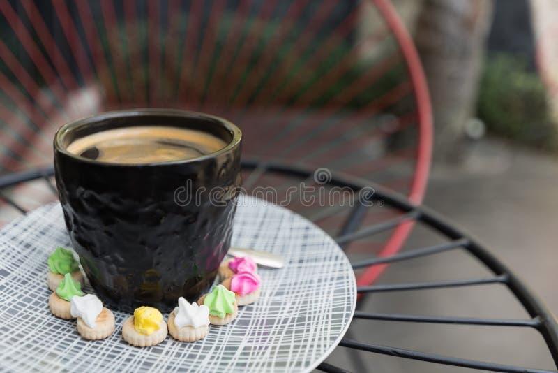 与crema上面的热的Americano咖啡在一优等的黑玻璃surr 免版税库存照片