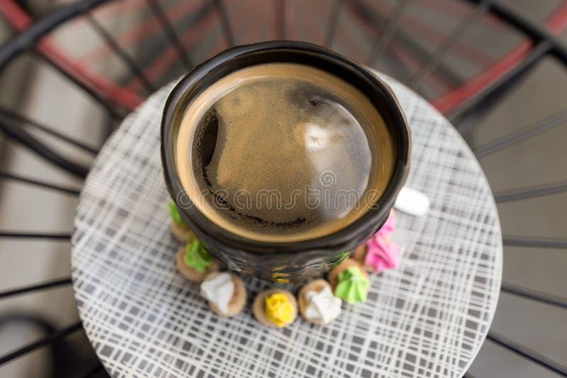 与crema上面的热的Americano咖啡在一优等的黑玻璃surr 免版税库存图片