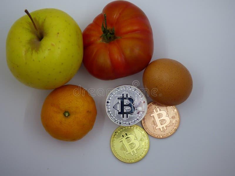 与cryptocurrencies一起的各种各样的食物 库存照片