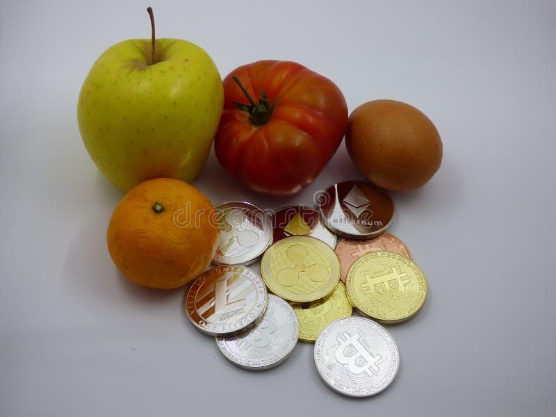 与cryptocurrencies一起的各种各样的食物 免版税库存照片