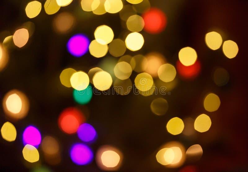 与defocused金黄光的抽象轻的庆祝背景圣诞节的,新年,假日 库存照片