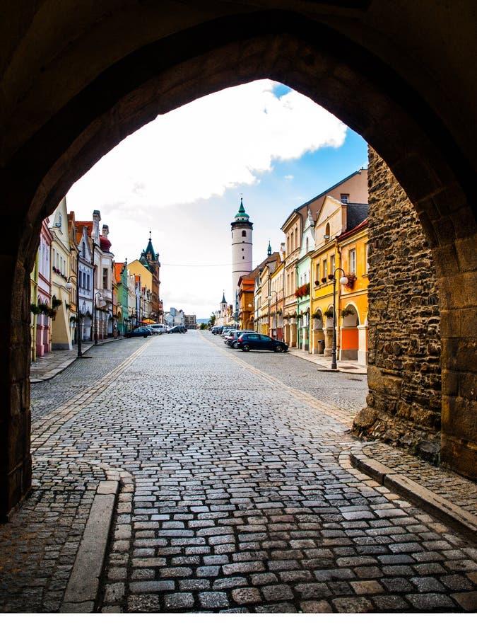 与Domazlice,捷克白色塔的和平正方形  从门的看法 免版税库存照片