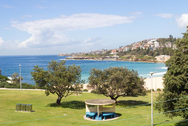 与Dunningham储备在前景,悉尼,新南威尔斯,澳大利亚的Coogee海滩 免版税库存照片
