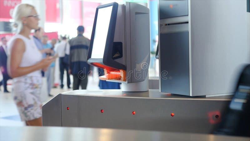 与e通行证的入口 ?? 有不接触的通入的自动检查站 有卡片阅读机的旋转门 ?? 库存照片