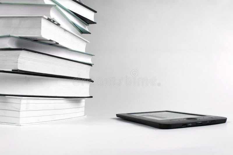 与EBook的看书 堆书和eBook在白色背景 免版税库存照片