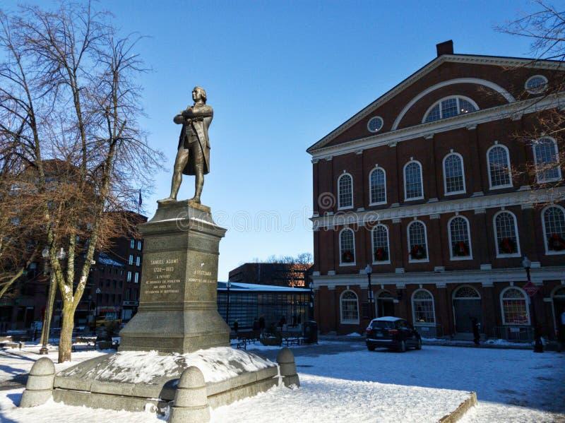 与Faneuil霍尔的塞缪尔・亚当斯雕象在背景中 免版税库存图片