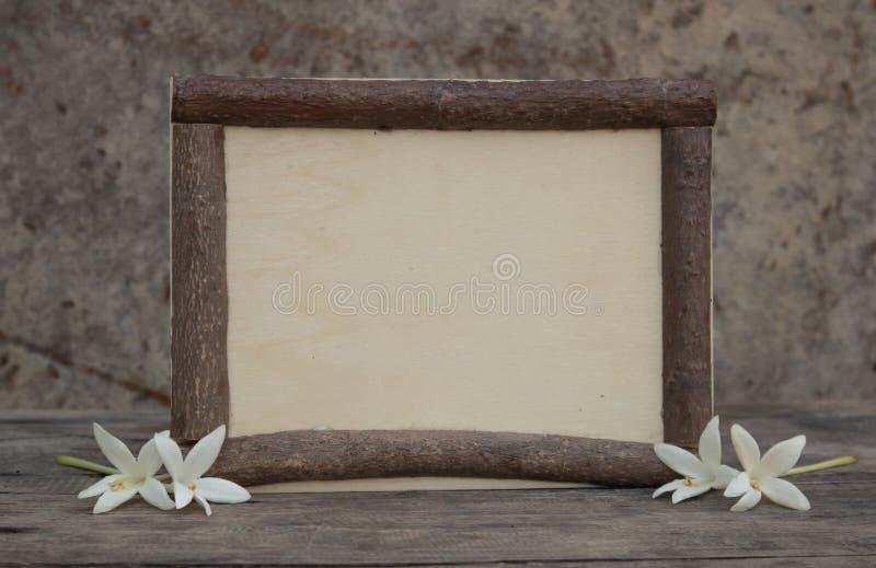 与flowerson的木制框架木桌 库存图片