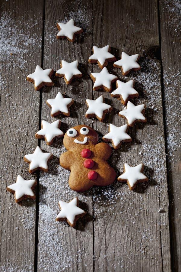 与gingerbreadman的Cinnnamon星在木背景 库存照片