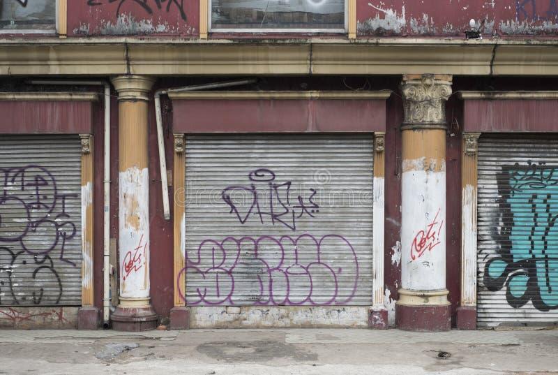 与graffitti的商店门面在雅加达,印度尼西亚街道的铁门  库存图片