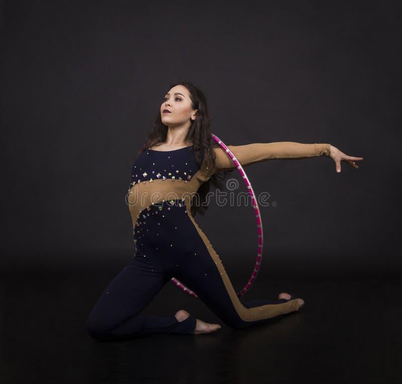 与hula箍女孩的体操锻炼执行马戏艺术家 库存照片