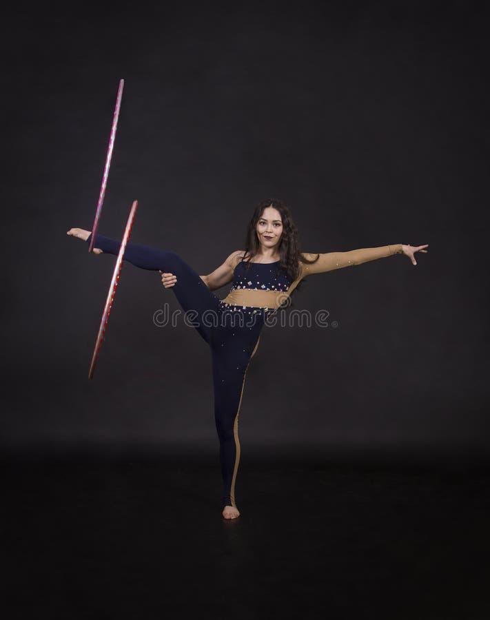 与hula箍女孩的体操锻炼执行马戏艺术家 库存图片