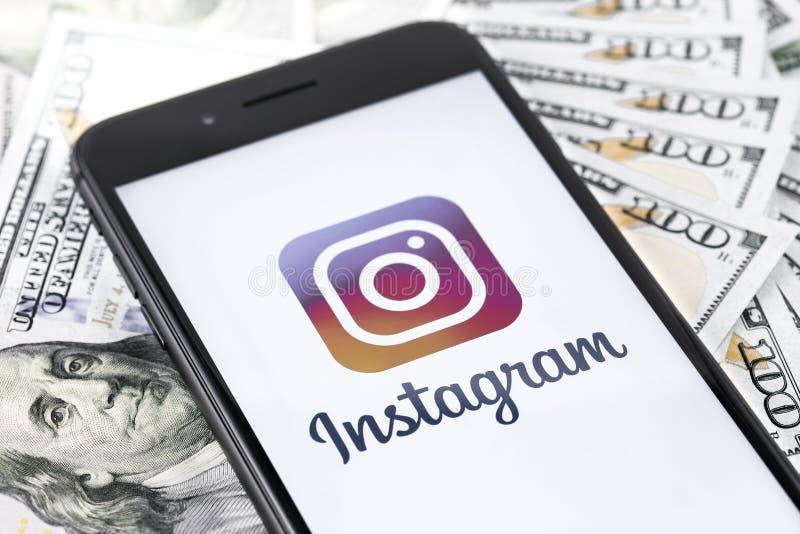与Instagram商标,金钱的苹果计算机iPhone 8+ Instagram是照片 库存照片